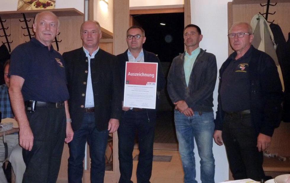 Übergabe der Auszeichnung für besondere Verdienste um das Feuerlöschwesen des LFV Bayern an die Fa. Franken-Schotter