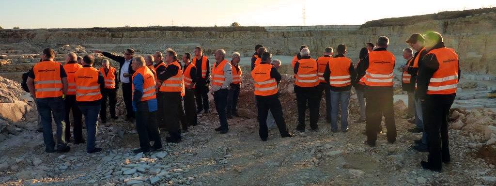 Interessiert besichtigen die Mitglieder der drei Kreisbrandinspektionen den Steinbruch