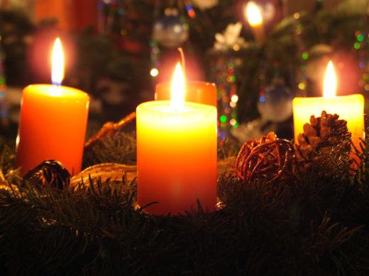 Kerzen auf Adventskranz (Lizenz: CC-BY-NC-ND, Feuerwehr Wiesbaden)