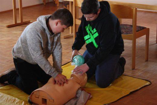 Herz-Lungen-Wiederbelebungsmaßnahmen werden an einer Übungspuppe geübt