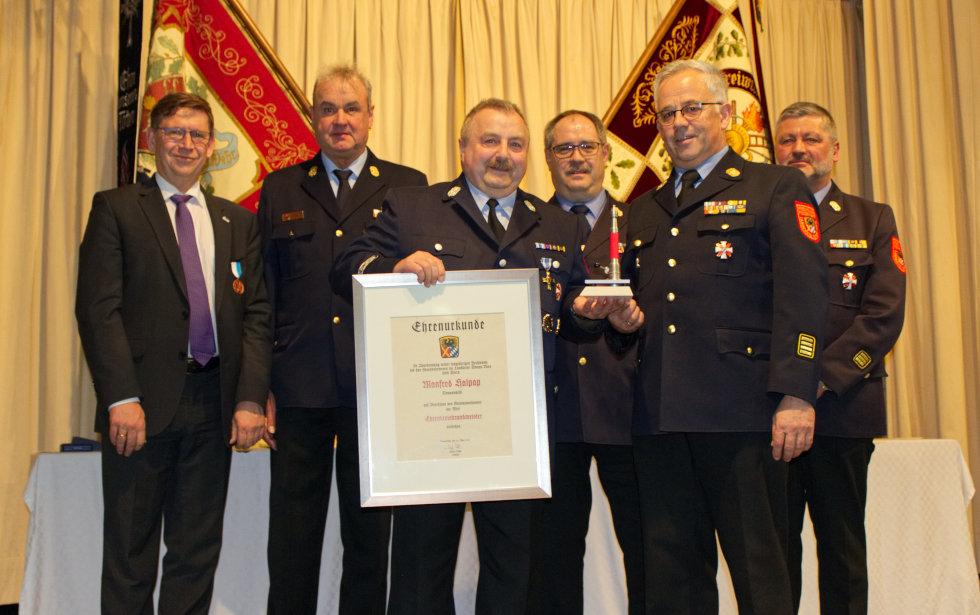 Manfred Halpap wurde das Ehrenkreuz des Landesfeuerwehrverbandes Bayern in Silber verliehen