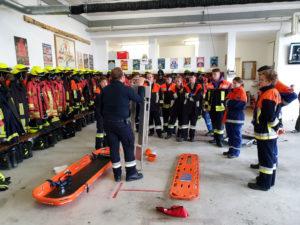 KBM Alexander Bock erklärt die verschiedenen Rettungstragen